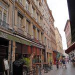 logement lyon rue immeuble avec passants