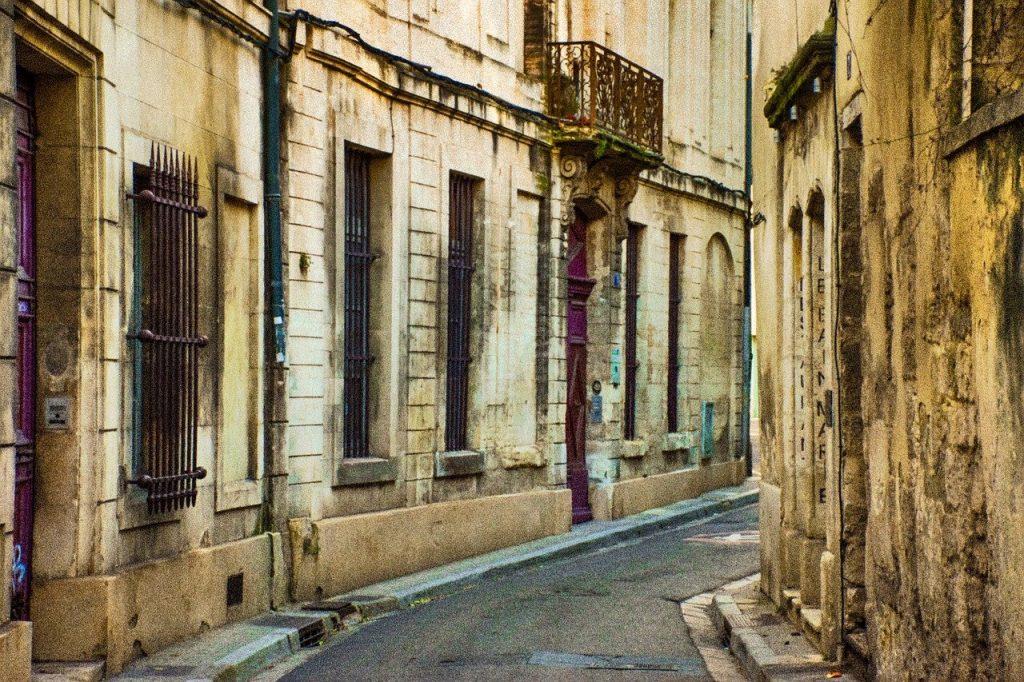 achat-aix-en-provence-rue-immeuble-pierre rue avec immeubles colorés