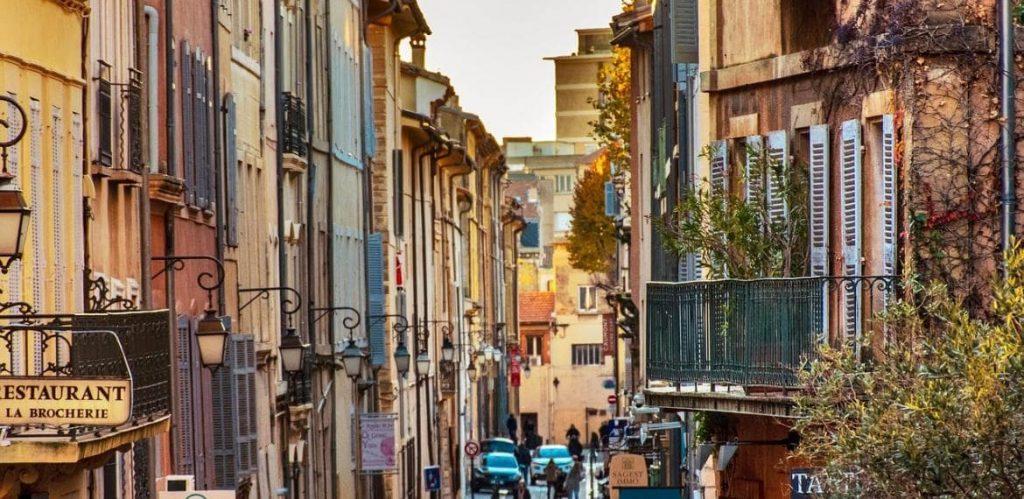 achat aix en provence rue avec immeubles colorés