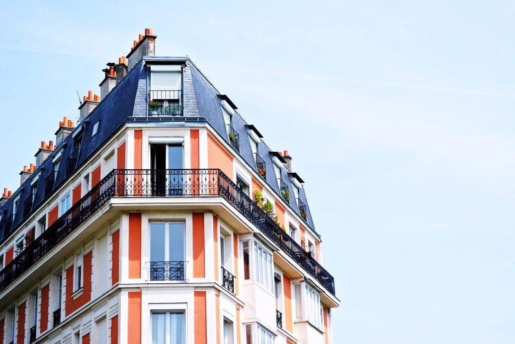 crise-sanitaire-immobilier-toit-immeuble-balcon